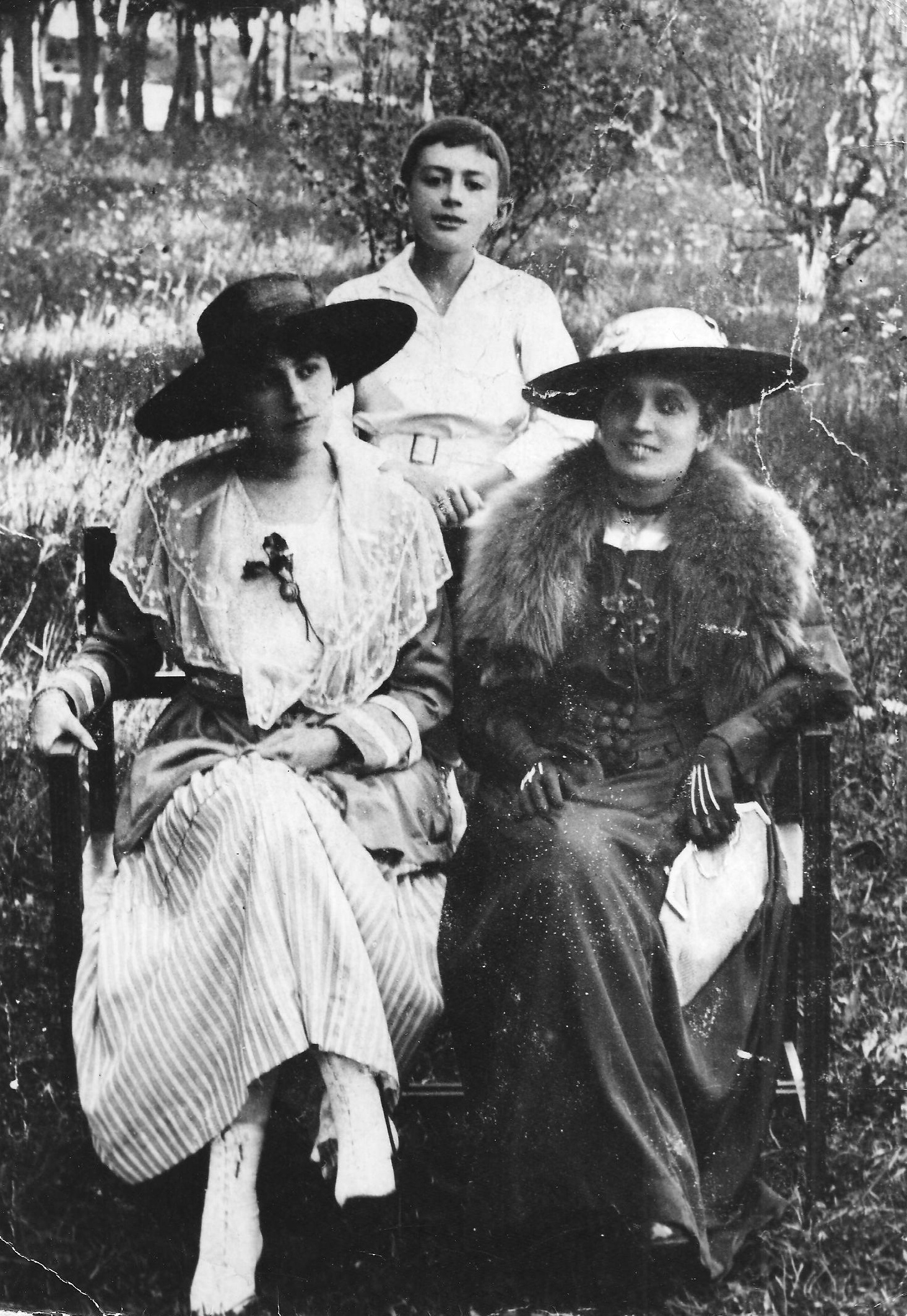 Elmyr with his mother (left) and aunt circa 1916